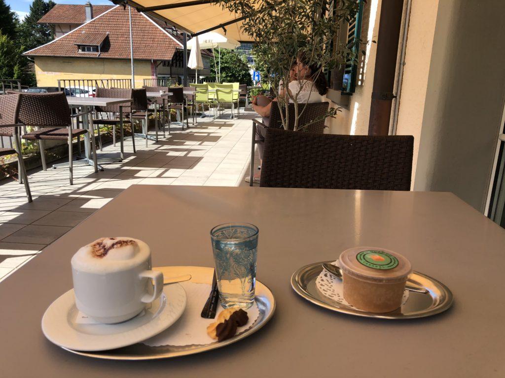 Glädus Glace geniessen auf der Terrasse des Bistro Belpberg in Münsingen.